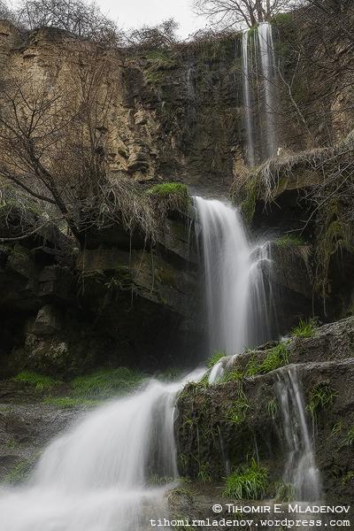 Временния водопад вляво от Под Камико. Хммм, малко тъпо име за водопад, ама... Та този тук е на има-няма 50-ина метра встрани.