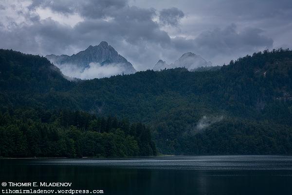 Лебедовото езерото Alpsee и част от чукарите в околността.